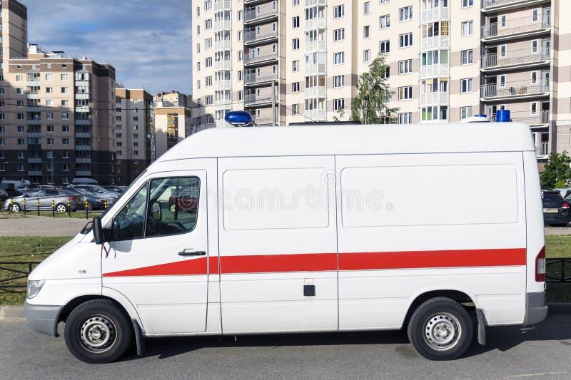 Uma ambulância está na jarda da casa imagem de stock royalty free