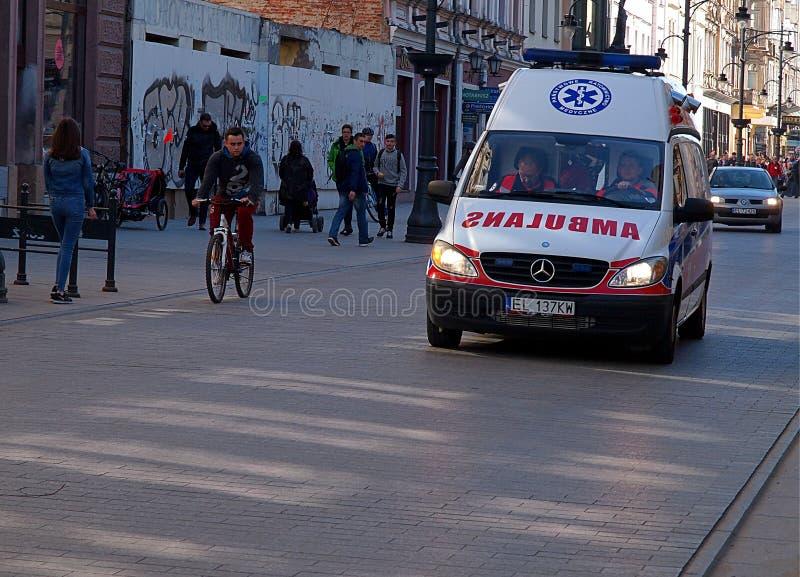 Uma ambulância na ação imagens de stock royalty free