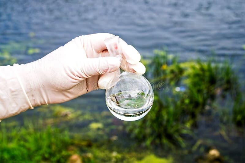 Uma amostra de água do rio Entrada de água Abstração da água imagem de stock