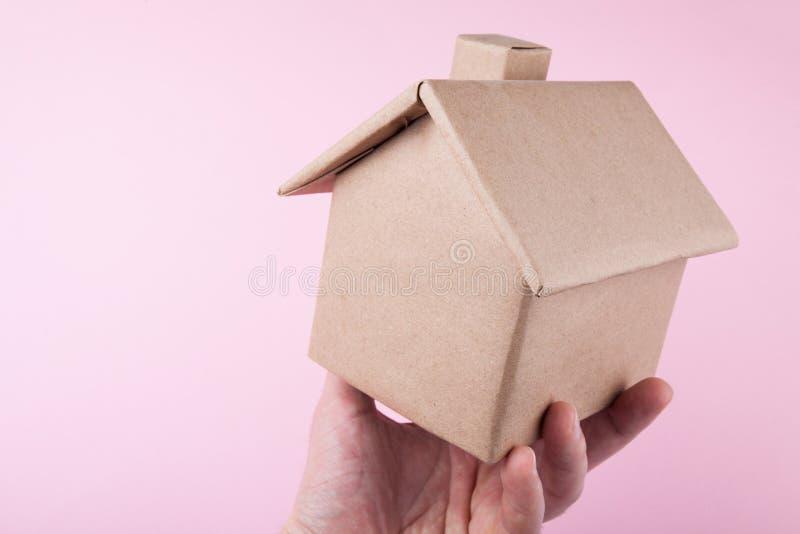 Uma amostra de uma casa de apartamento moderna na mão de um homem imagem de stock