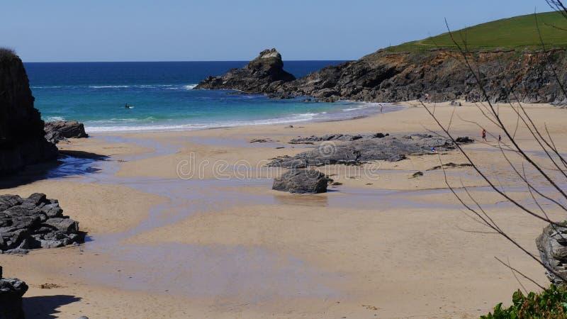 Uma angra arenosa típica no litoral de Cornualha norte Inglaterra imagem de stock royalty free