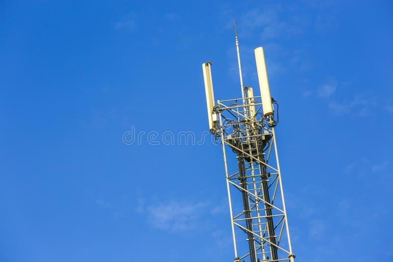 Uma antena alta da rede de telecomunicação fora fotografia de stock royalty free