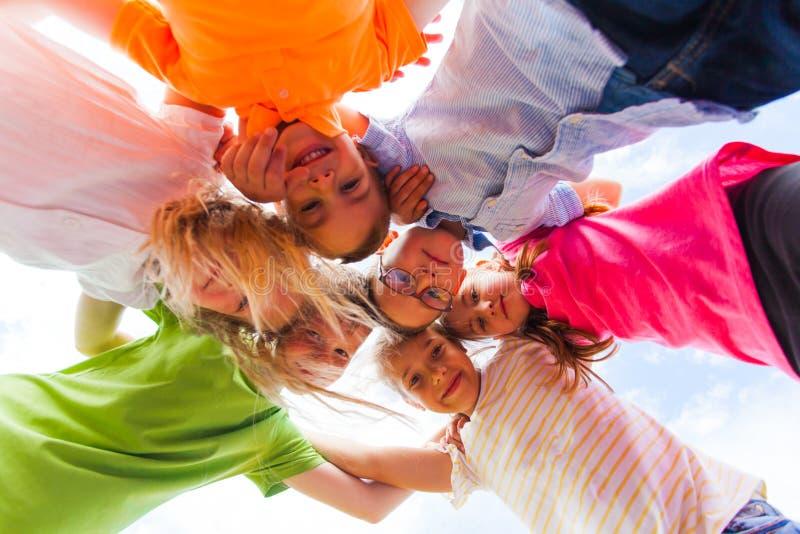 Uma aproximação das crianças da escola que olham para baixo na câmera, fotografia de stock