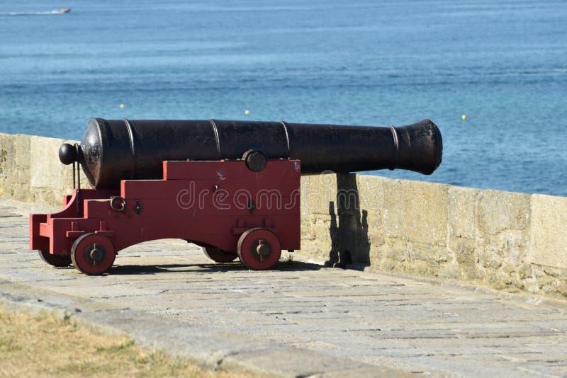 Uma arma do canhão da guerra nos muralhas imagens de stock