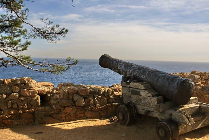 Uma arma na parede de uma fortaleza velha sobre o mar fotografia de stock royalty free