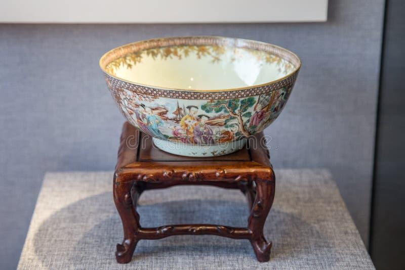 Uma arte cerâmica em Qing Dynasty, bacia da grão do caráter de Hui Jin Medallion fotos de stock royalty free
