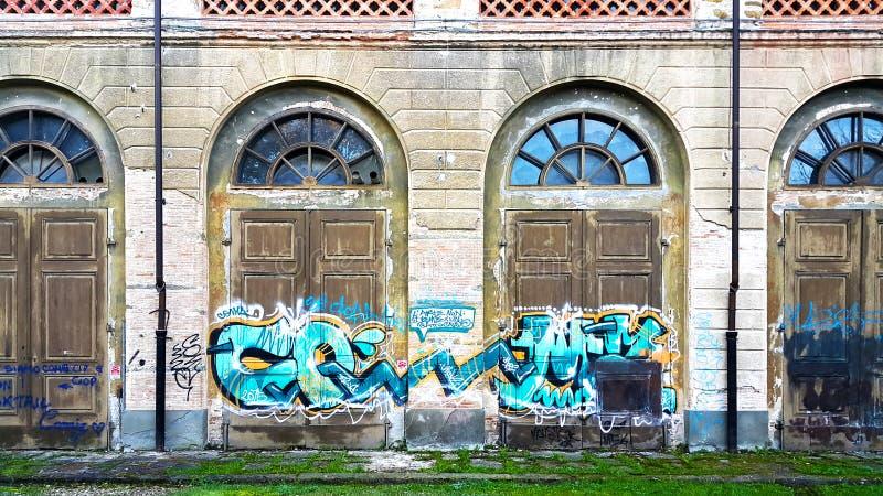 Uma arte finala dos grafittis na construção de estábulos reais e de Pagliere imagens de stock