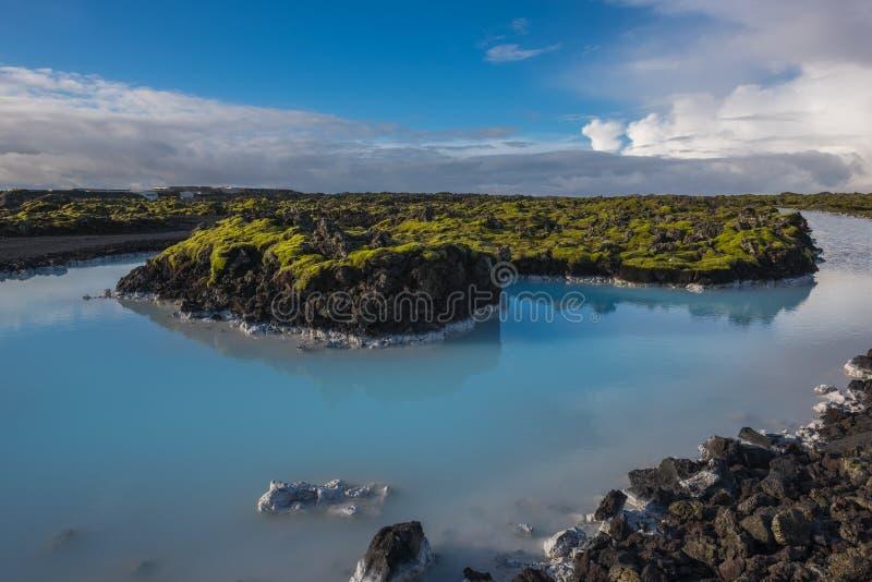Uma associação azul natural da lagoa em Islândia imagens de stock