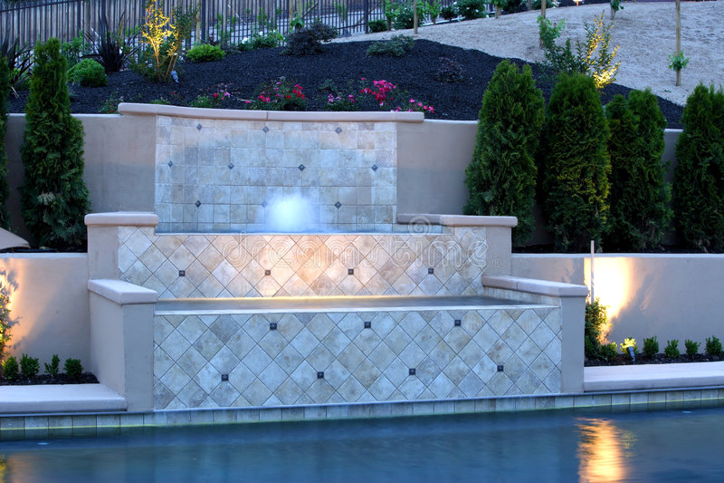 Uma associação com uma cachoeira em um quintal luxuoso foto de stock royalty free