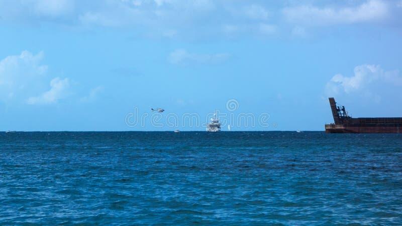 Uma aterrissagem do helicóptero no mar no dia de Natal nas Caraíbas imagem de stock