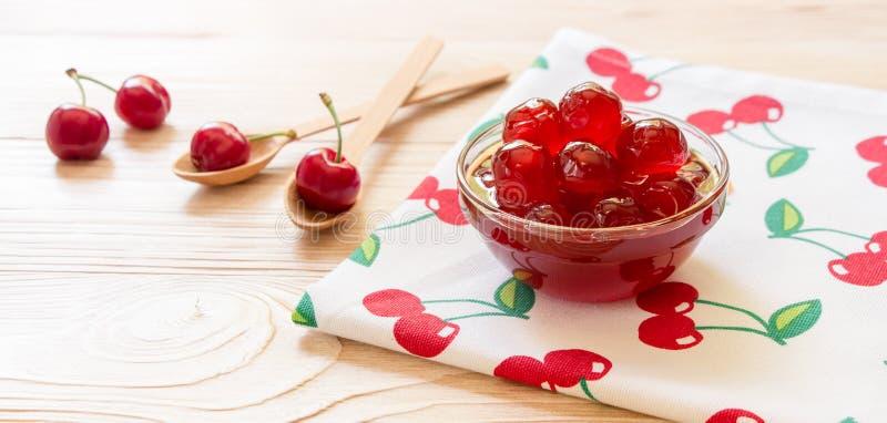 Uma bacia de cereja adoçada frutifica em um guardanapo com cerejas, espaço da cópia imagem de stock royalty free