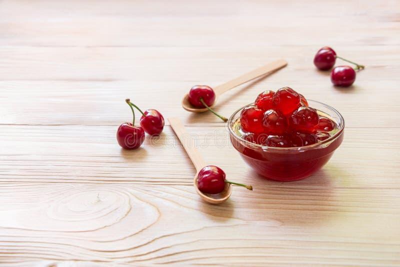 Uma bacia de cereja adoçada frutifica, espaço da cópia imagens de stock royalty free
