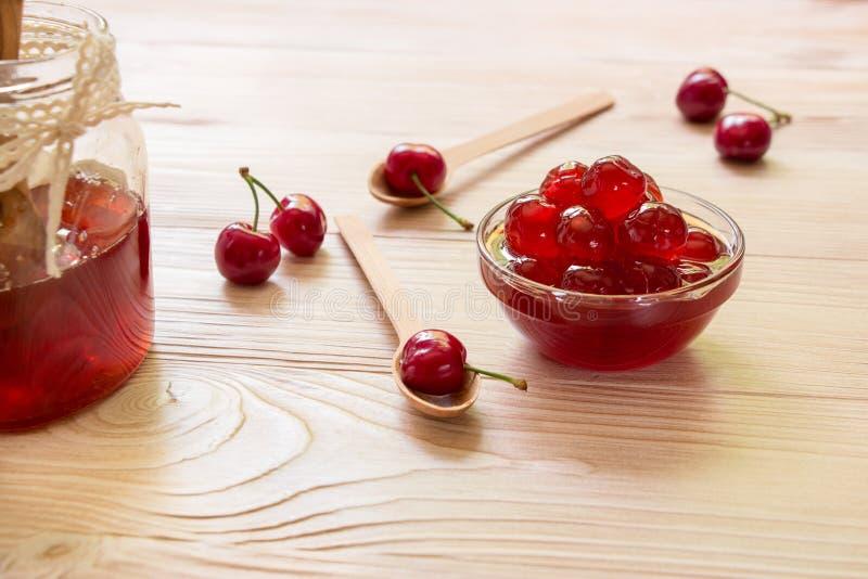 Uma bacia de cereja adoçada frutifica, range, copia o espaço imagem de stock royalty free