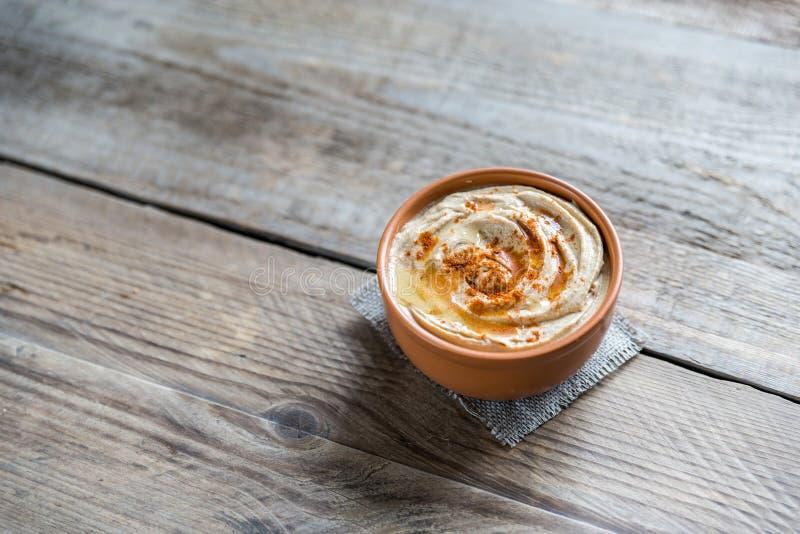 Uma bacia de hummus imagem de stock