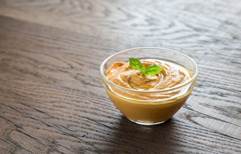 Uma bacia de hummus fotografia de stock