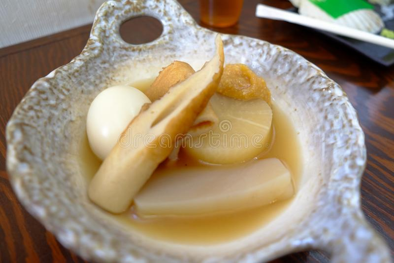 Uma bacia de sopa quente do odeng imagens de stock royalty free