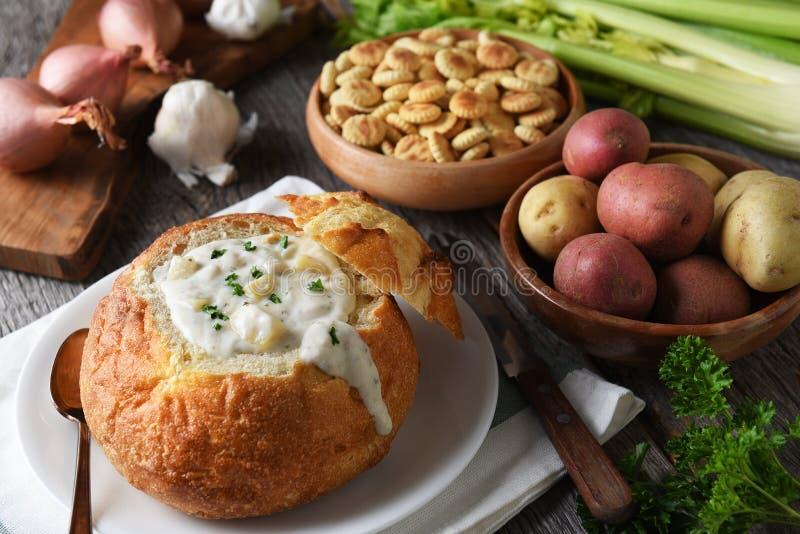 Uma bacia do pão completamente de clam chowder recentemente feita com biscoitos e fotografia de stock royalty free