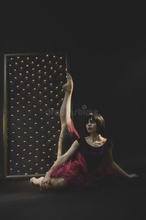 Uma bailarina atrativa em um vestido do marsala imagem de stock royalty free