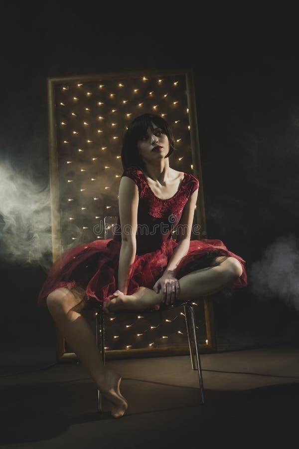 Uma bailarina atrativa em um vestido do marsala fotografia de stock