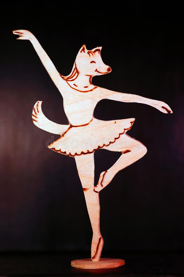 Uma bailarina de madeira com uma cabeça da raposa foto de stock royalty free