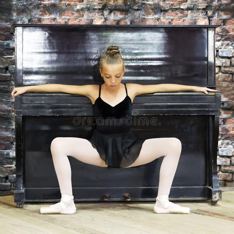 Uma bailarina e um piano velho Música, dança, educação fotografia de stock