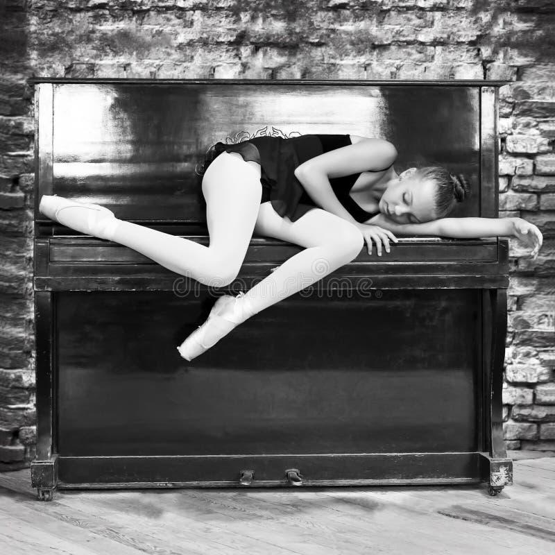 Uma bailarina e um piano velho Música, dança, educação Pequim, foto preto e branco de China imagens de stock