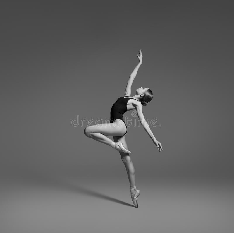 Uma bailarina está dançando no estúdio imagens de stock