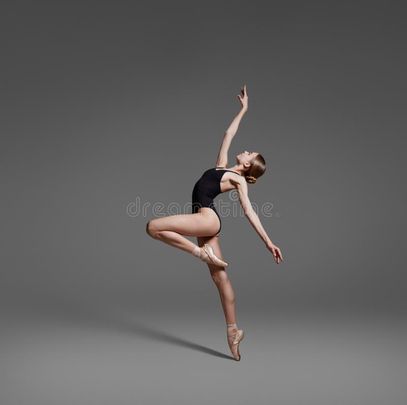 Uma bailarina está dançando no estúdio fotografia de stock