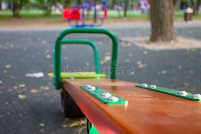 Uma balancê no campo de jogos do ` s das crianças, foco seletivo imagens de stock royalty free