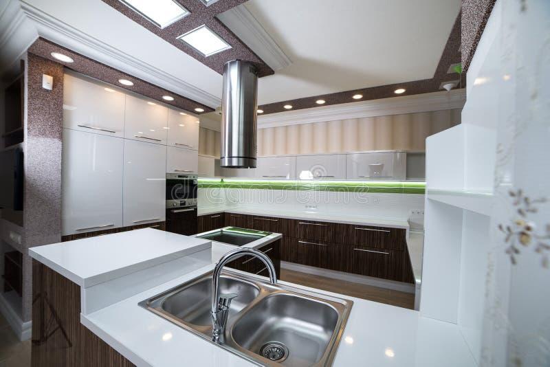 Uma banca da cozinha de aço dobro em um estilo moderno fotos de stock royalty free