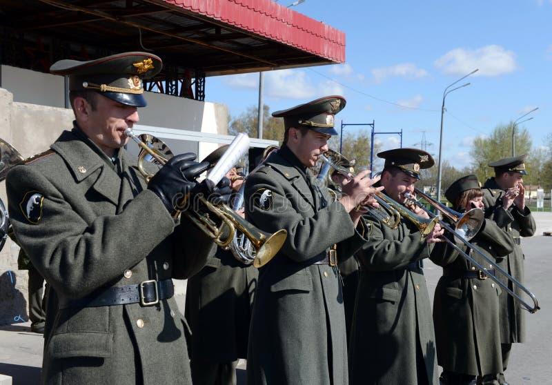 Uma banda filarmônica militar que marcha na terra de parada das tropas internas foto de stock royalty free