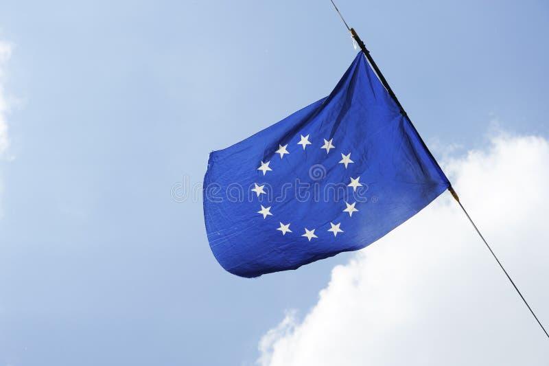 Uma bandeira da União Europeia está voando em um fundo do céu azul com nuvens brancas foto de stock royalty free