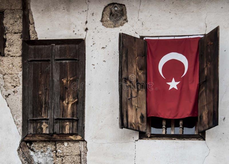 Uma bandeira nacional turca no uma janela foto de stock royalty free