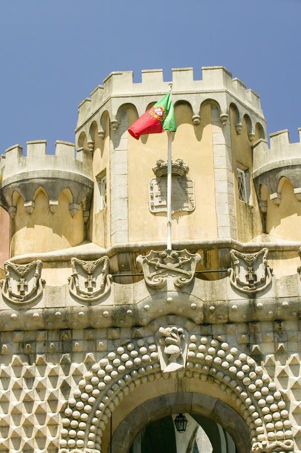 Uma bandeira portuguesa voa sobre a Dinamarca Pena Royal Palace, cio a Dinamarca Pena do ½ do ¿ de Palï, ou Castelo a Dinamarca P fotografia de stock