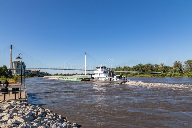 Uma barca que move-se para o norte no rio Missouri em Omaha imagem de stock