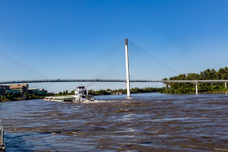 Uma barca que move-se para o norte no rio Missouri em Omaha foto de stock royalty free
