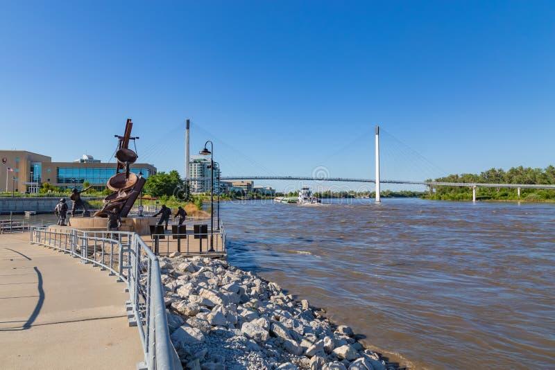Uma barca que move-se para o norte no rio Missouri em Omaha foto de stock