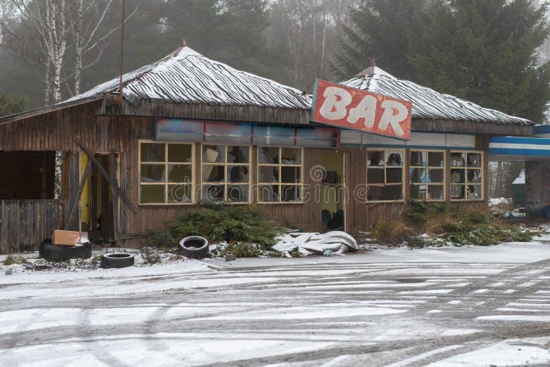 Uma barra abandonada velha em uma estrada ocupada Ruína dos restaurantes na Europa Central foto de stock