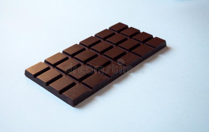 Uma barra de chocolate no fundo branco da vista lateral imagem de stock royalty free