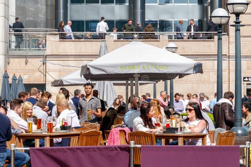 Uma barra exterior em Canary Wharf embalou com beber dos povos imagens de stock royalty free