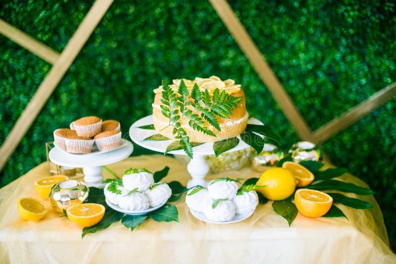 Uma barra festiva do kandi decorada em um estilo tropical com os queques do bolo do limão e os marshmallows e balões brilhantes imagem de stock royalty free
