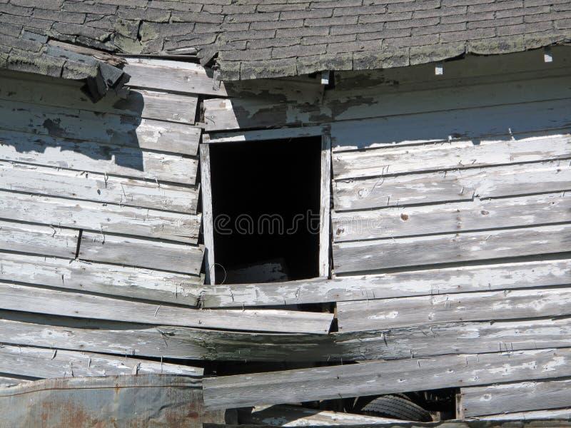 Uma barraca de madeira desmoronada abandonada fotografia de stock royalty free
