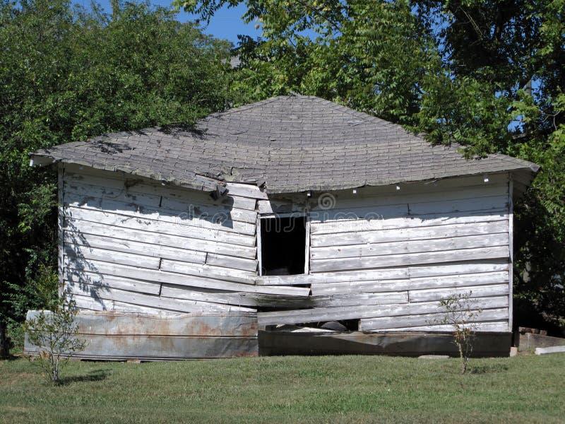 Uma barraca de madeira desmoronada abandonada fotos de stock
