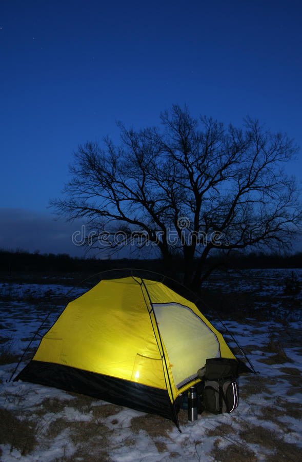 Uma barraca iluminou-se acima no crepúsculo fotos de stock royalty free