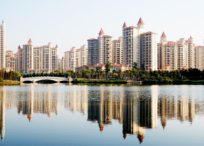 Uma beira do lago do bloco de apartamentos foto de stock royalty free
