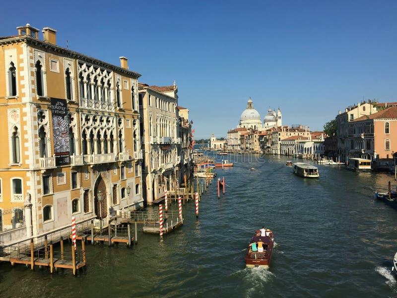 Uma bela vista matinal do Grande Canal de Veneza, Itália com táxis de água e gondolas passados por Santa Maria Della fotos de stock royalty free