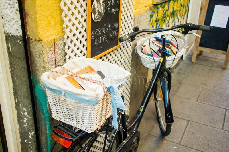 Uma bicicleta com uma cesta completamente dos livros imagem de stock royalty free