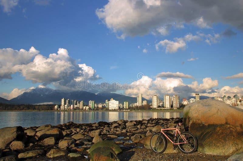 Uma bicicleta cor-de-rosa na praia fotografia de stock