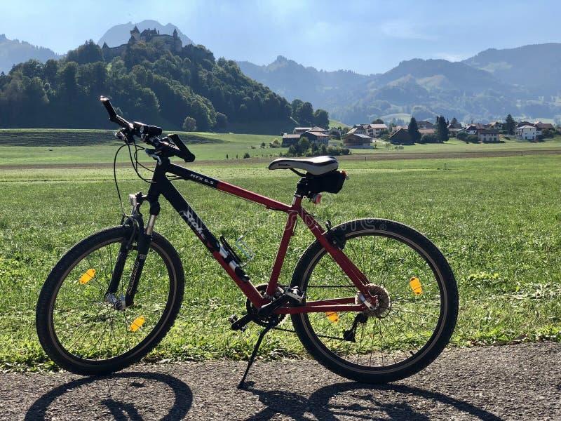 Uma bicicleta de VTT e um château bonito de Gruyères da paisagem fotos de stock