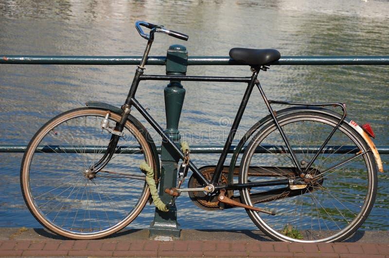 Uma bicicleta em Amsterdão, Holland imagem de stock royalty free